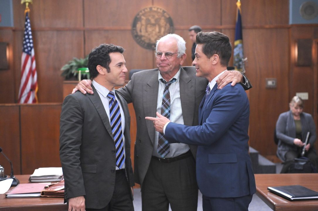 Dean Sr. (William Devane, M.) gefällt es überhaupt nicht, dass sich seine Söhne zerstritten haben. Können sich Stewart (Fred Savage, l.) und Dean (R... - Bildquelle: 2015-2016 Fox and its related entities.  All rights reserved.