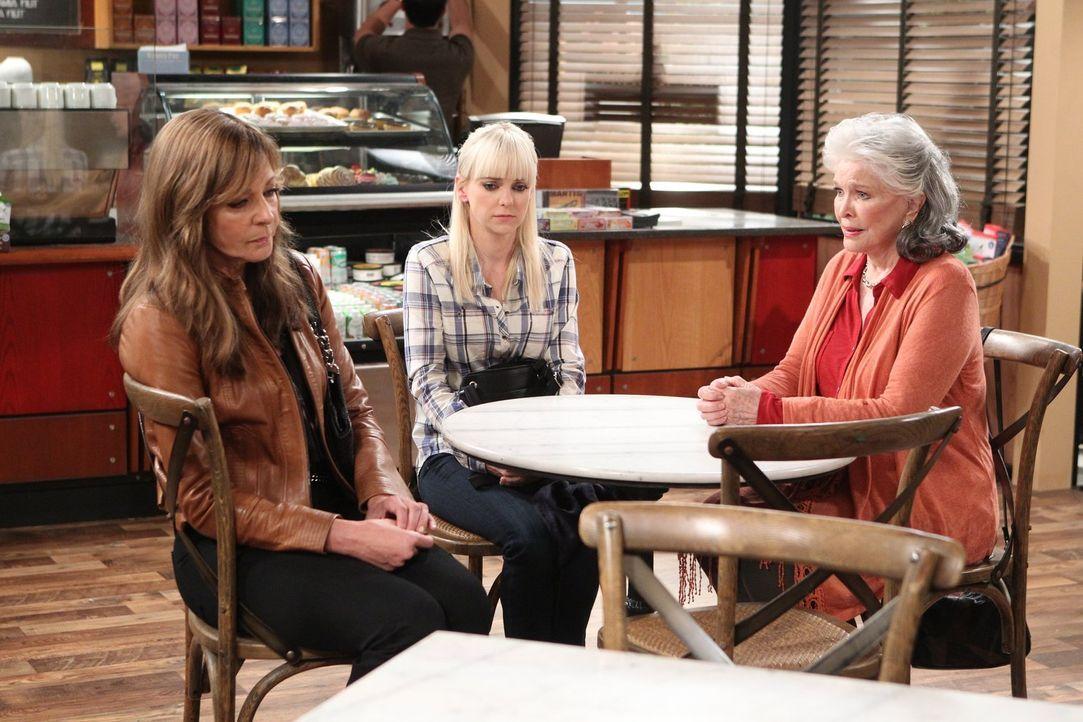Shirley (Ellen Burstyn, r.) hat ihre Tochter Bonnie (Allison Janney, l.) als kleines Kind verlassen. Nun ist sie zurück und möchte am Leben von ihre... - Bildquelle: 2015 Warner Bros. Entertainment, Inc.