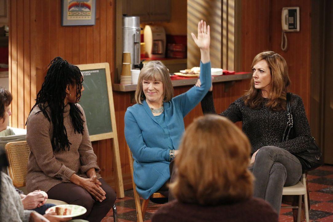 Frisch zur Frauen-Chefin der örtlichen Anonyme-Alkoholiker-Gruppe erkoren, nimmt Bonnie (Allison Janney, r.) ihre Aufgabe zu ernst, was Marjorie (Mi... - Bildquelle: Warner Bros. Television