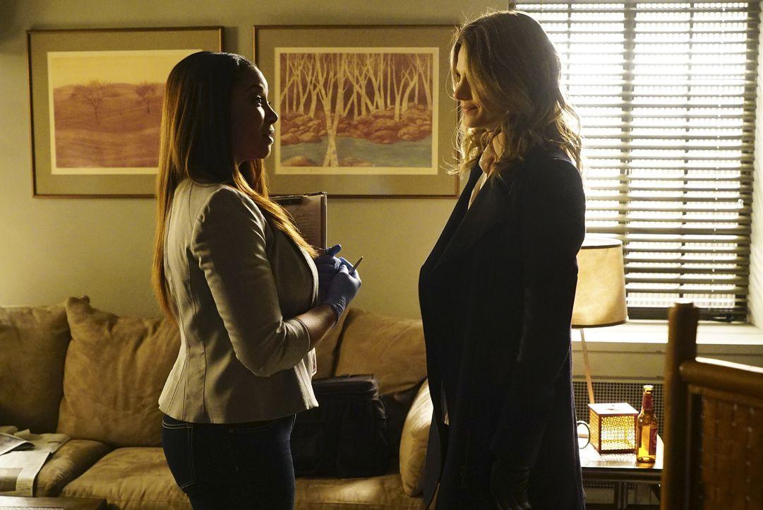 Weil auch die Untersuchung durch Janie (Tamala Jones, l.) wenig zu Tage fördert, bekommt Kate (Stana Katic, r.) langsam Probleme bei den Ermittlunge... - Bildquelle: Richard Cartwright ABC Studios