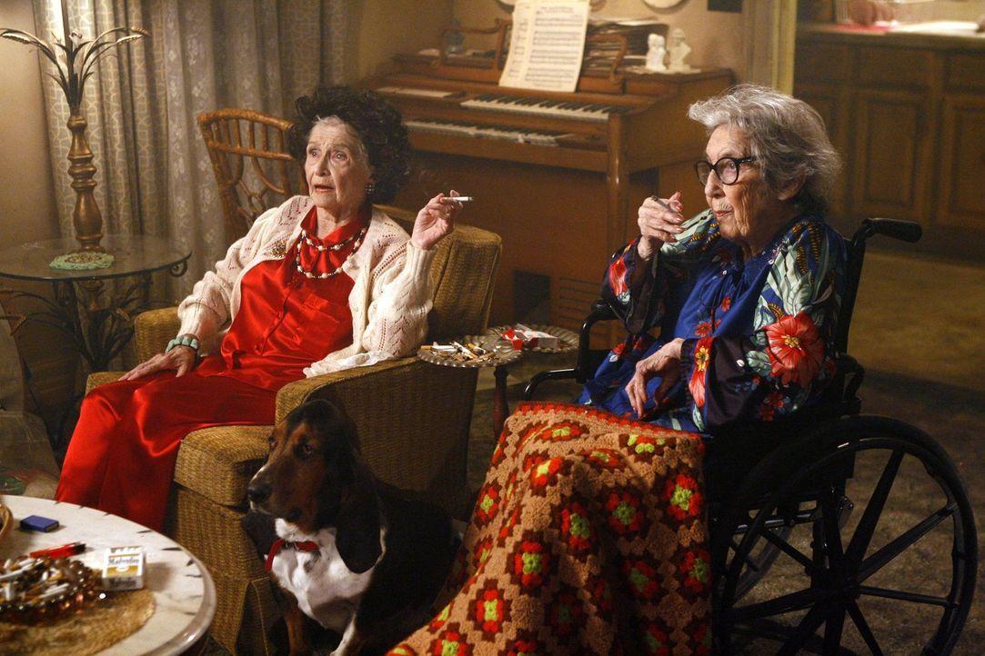 Können sie das Date von Frankie und Mike retten? Frankies Tante Edie (Jeanette Miller, l.) und Tante Ginny (Frances Bay, r.) ... - Bildquelle: Warner Brothers