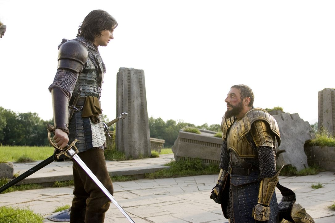 Der rechtmäßige Thronfolger und der Tyrann, der sich als König aufspielt: Prinz Kaspian (Ben Barnes, l.) und sein Onkel Miraz (Sergio Castellitto... - Bildquelle: Disney - ABC - ESPN Television