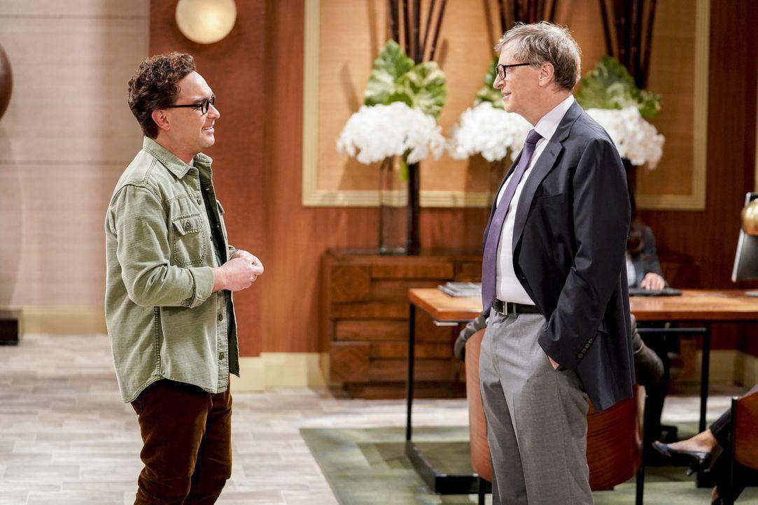 Als Penny ein Business-Meeting mit Bill Gates (Bill Gates, r.) hat, setzt Leonard (Johnny Galecki, l.) alles daran, um den berühmten Unternehmer ebe... - Bildquelle: Warner Bros. Television