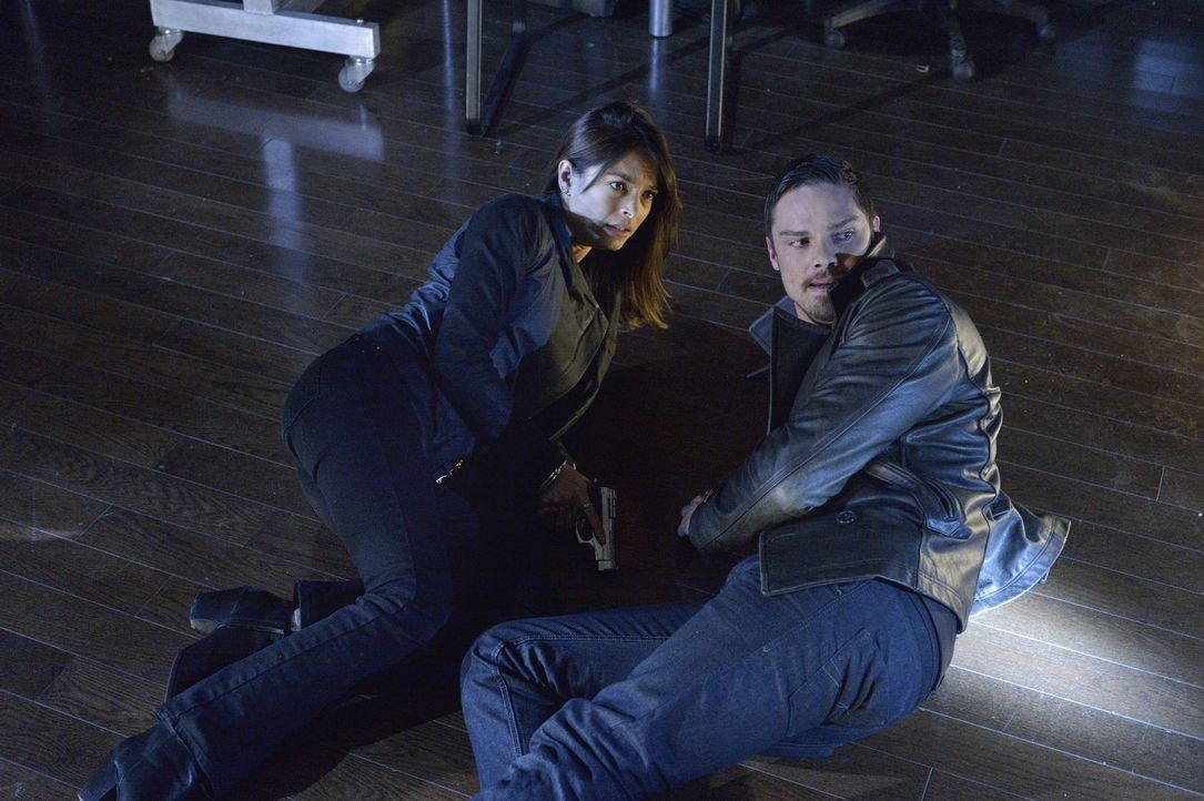 Was ist mit Vincent (Jay Ryan, r.) und Cat (Kristin Kreuk, l.) nur los? - Bildquelle: 2013 The CW Network, LLC. All rights reserved.