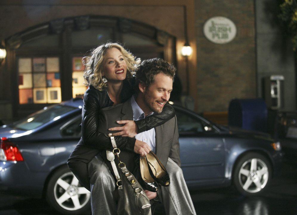 Der attraktive Owen (James Tupper, r.) lässt Samanthas (Christina Applegate, l.) Herz höher schlagen ... - Bildquelle: American Broadcasting Companies, Inc. All rights reserved.