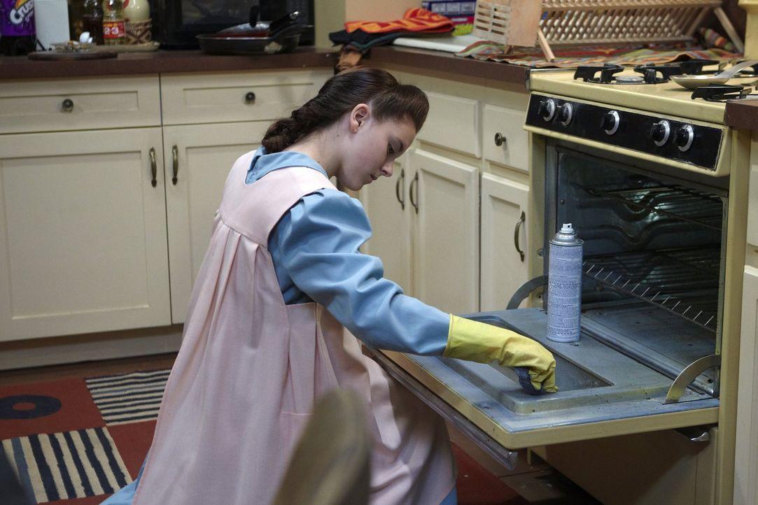Da sie völlig andere Gepflogenheiten gewohnt ist, fängt Pflegekind Ethel (Madison Davenport) prompt an, Veronicas und Kevins Wohnung zu putzen ... - Bildquelle: 2010 Warner Brothers