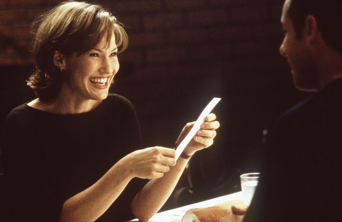 Ursprünglich wollte Sonny (Adam Sandler, r.) lediglich seine Ex-Freundin Vanessa (Kristy Swanson, l.) beeindrucken. Doch dann entwickelt sich seine... - Bildquelle: Columbia TriStar