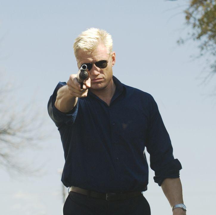 Wenn er seine Bibel aus der Hand legt und zur Waffe greift, dann ist Vorsicht geboten: Ryder (Dolph Lundgren) kennt keine Angst im Kampf für Gerecht... - Bildquelle: 2008 CPT Holdings, Inc. All Rights Reserved. (Sony Pictures Television International)