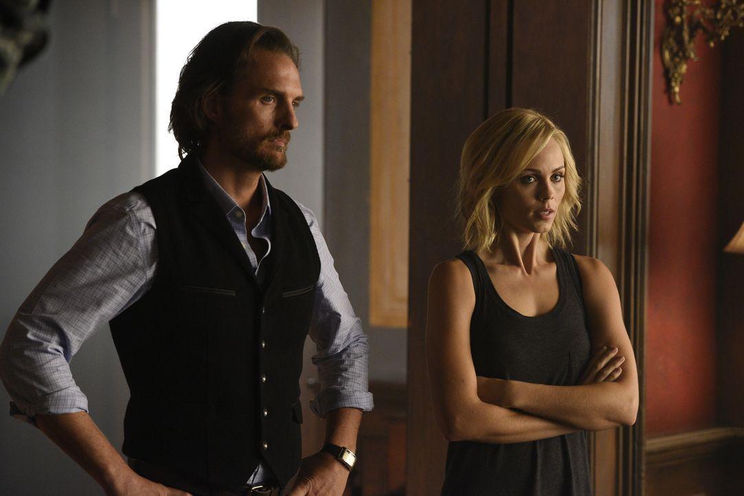 Während Elena (Laura Vandervoort, r.) und Jeremy (Greg Bryk, l.) Zuhause für Ordnung sorgen müssen, macht Nick die Bekanntschaft mit seiner Mutter .... - Bildquelle: 2015 She-Wolf Season 2 Productions Inc.