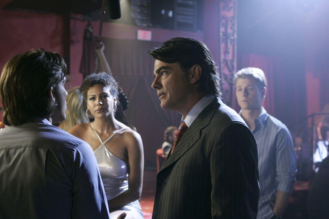 Sandy (Peter Gallagher, 2.v.r.) hat Ärger mit Matt (Jeff Hephner, l.) nachdem der nach seiner durchgemachten Nacht im Strip-Club ein wichtiges Meet... - Bildquelle: Warner Bros. Television
