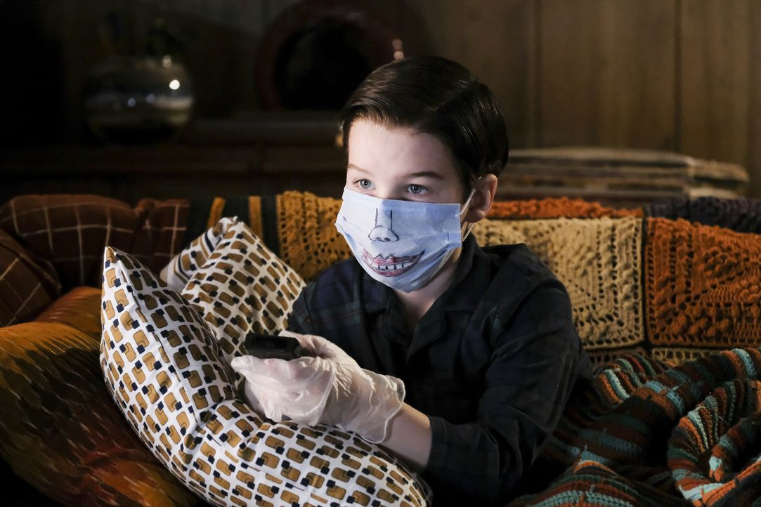 Als die Grippewelle Medford erreicht, tut Sheldon (Iain Armitage) alles, um selber gesund zu bleiben ... - Bildquelle: Warner Bros. Television