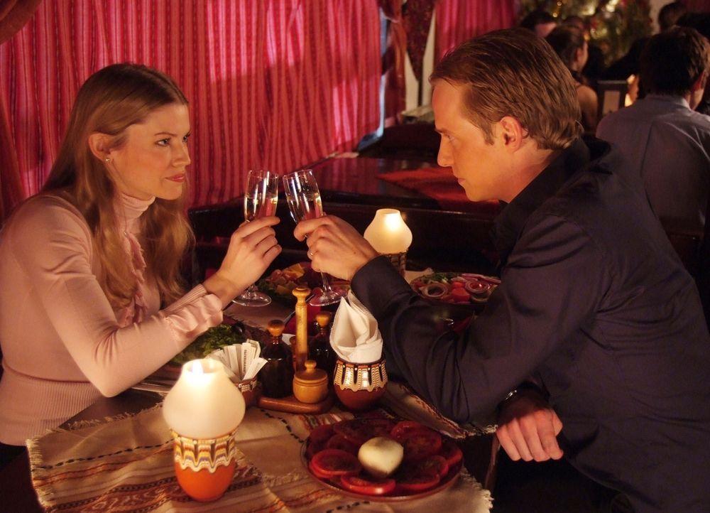Ahnen nicht, dass ihre Flitterwochen ganz anders als geplant verlaufen werden: Edvard (Chris Geere, r.) und Paige (Kam Henskin, l.) ... - Bildquelle: Nu Image Films