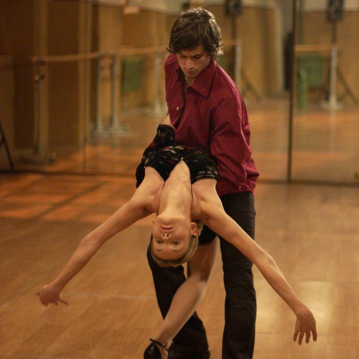 Das Tanz-Casting verläuft für Chris (Alexandra Finder, l.) und Tim (Tom Beck, r.) überaus erfolgreich. Doch als am nächsten Morgen der Gesangswettst... - Bildquelle: Rainer Bajo ProSieben