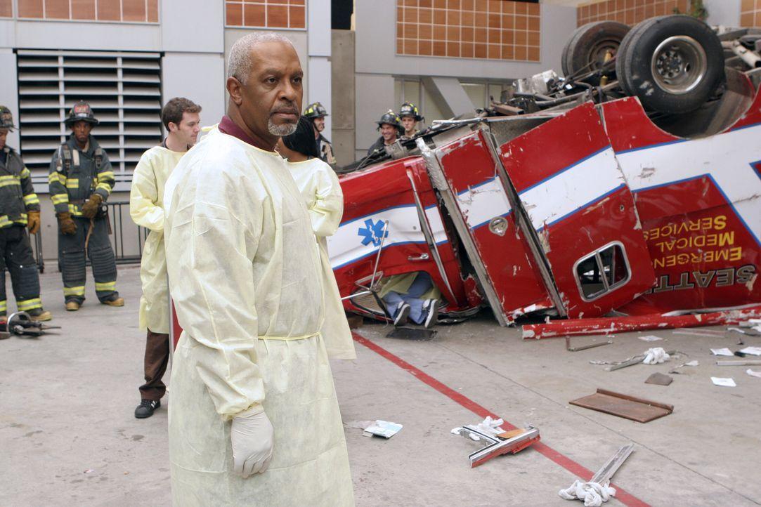 Versucht, die Verletzten in der Einfahrt der Notaufnahme zu retten: Dr. Webber (James Pickens jr.) ... - Bildquelle: Touchstone Television