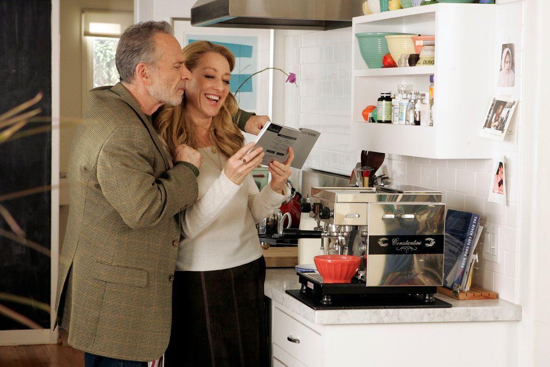 Frisch verliebt turteln Saul (Ron Rifkin, l.) und Holly (Patricia Wettig, r.), wobei ihre Zweisamkeit nicht von Dauer sein wird ... - Bildquelle: Disney - ABC International Television