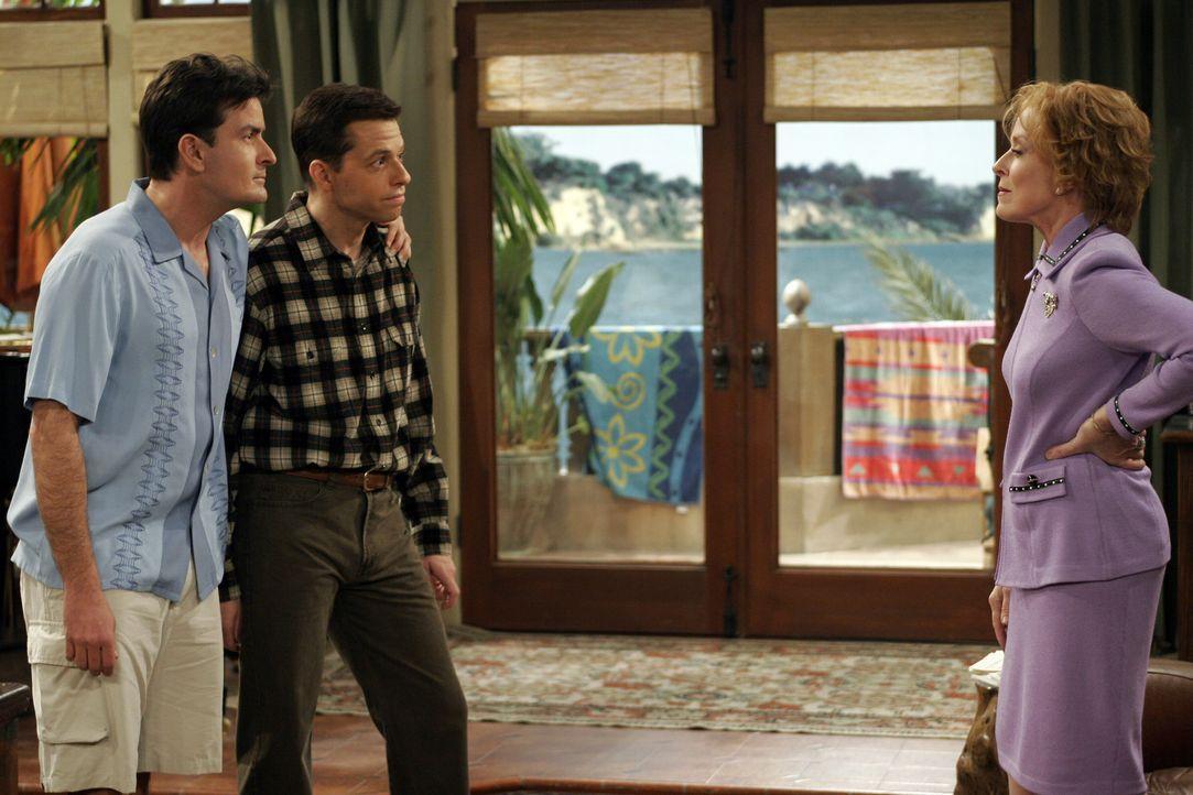 Als Alans Mutter seine Erziehungsmethoden kritisiert, wird sie von ihren Söhnen (Charlie Sheen l. und Jon Cryer, M.) prompt aus dem Haus geworfen.... - Bildquelle: Warner Brothers Entertainment Inc.