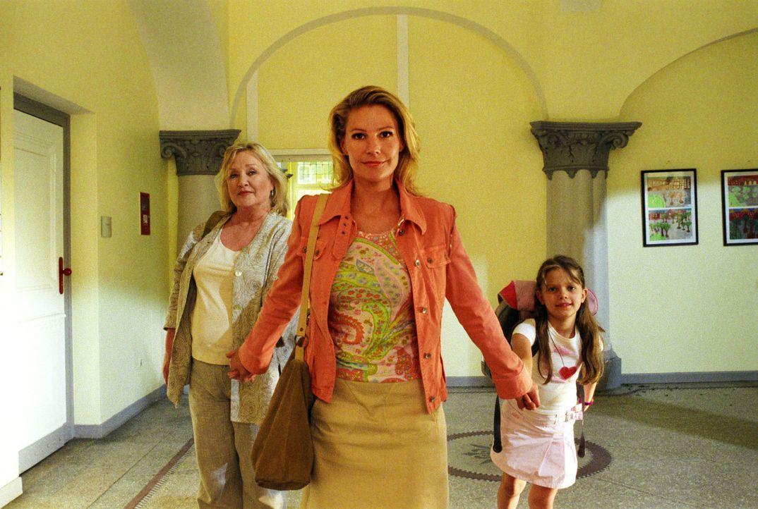 Völlig entrüstet holt Sophie (Sophie Schütt, M.) ihre Mutter Gudrun (Doris Kunstmann, l.) und Anna (Sophie Karbjinski, r.) aus der Schule ab. Anna w... - Bildquelle: Noreen Flynn Sat.1