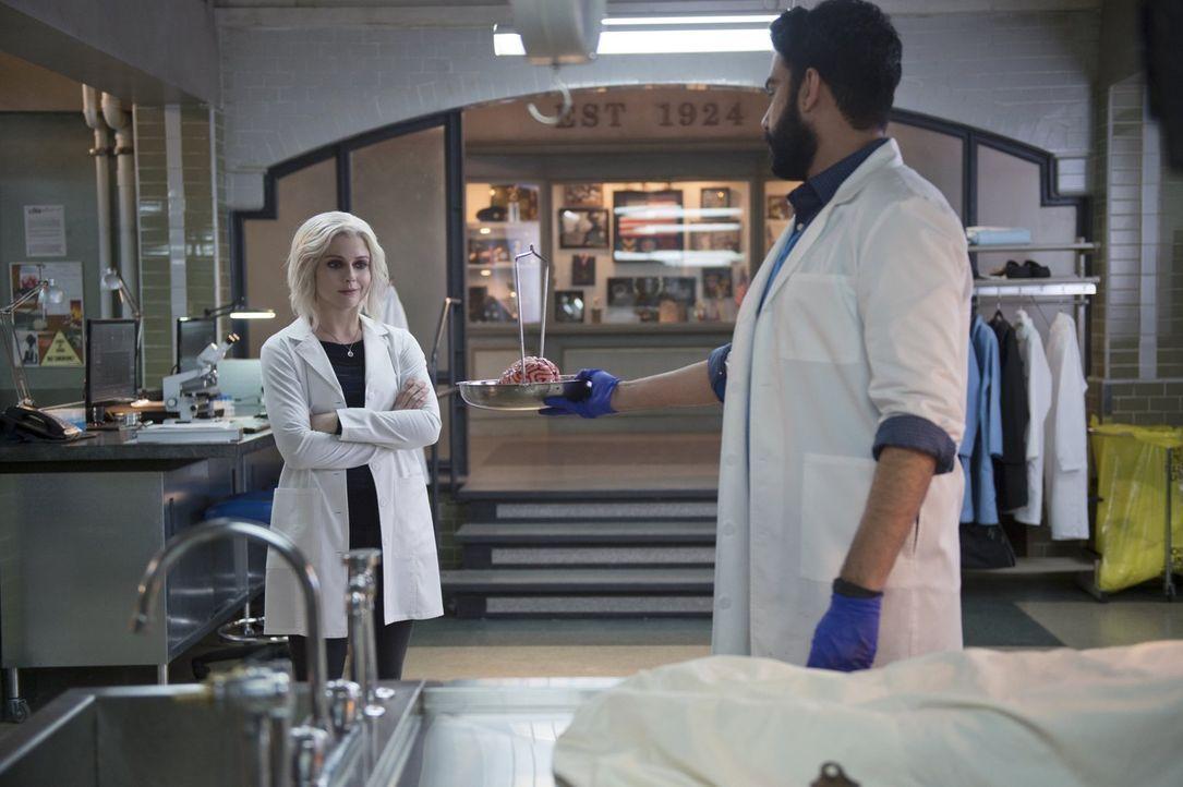 Obwohl Ravi (Rahul Kohli, r.) Liv (Rose McIver, l.) davor warnt, undercover bei Max Rager anzuheuern, beginnt diese mit ihren Untersuchungen und ble... - Bildquelle: 2014 Warner Brothers