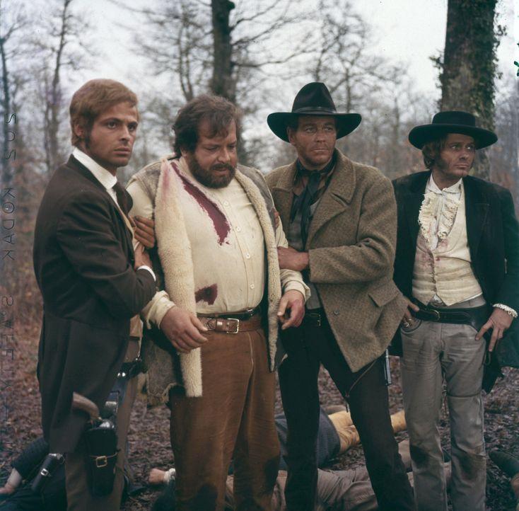 Als Bill Kiowa nach fünf Jahren aus dem Gefängnis entlassen wird, engagiert er die Revolvermänner Bunny Fox (Franco Borelli, l.), O'Bannion (Bud Spe...