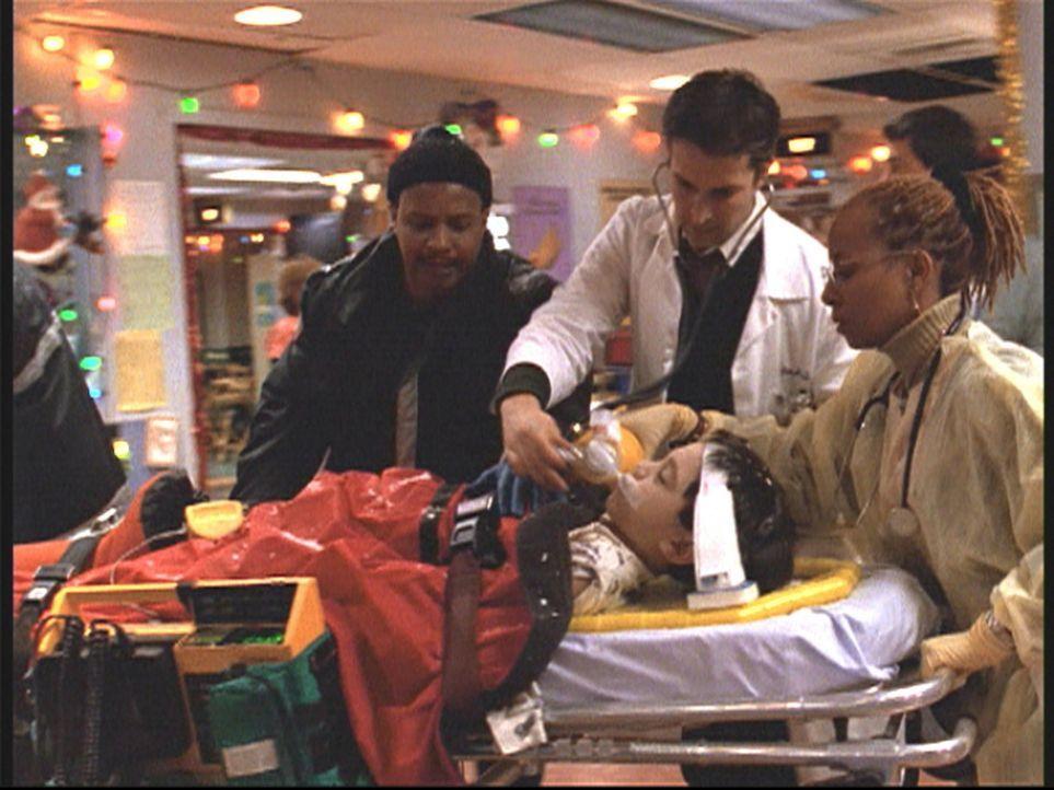 Dr. Carter (Noah Wyle, 2.v.r.) kann bei einem kleinen Jungen nur noch den Tod feststellen. - Bildquelle: TM+  2000 WARNER BROS.