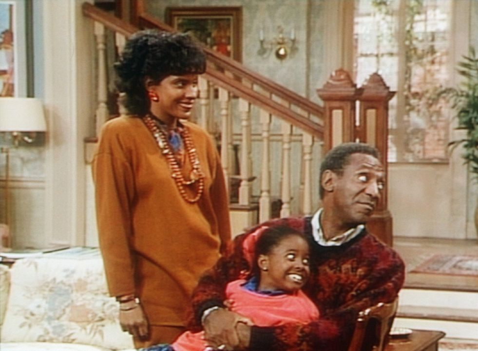 Clair (Phylicia Rashad, l.), Rudy (Keshia Knight Pulliam, M.) und Cliff (Bill Cosby, r.) beobachten vergnügt die Versöhnung zwischen Sondra und El... - Bildquelle: Viacom