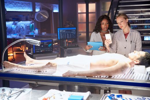 Während Pippy (Gabrielle Dennis, l.) und TMI (Anna Konkle, r.) am Leichnam vo...