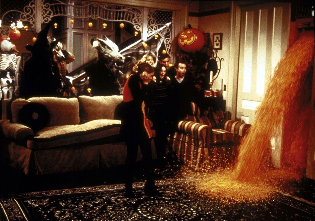 Sabrinas Halloween-Party ist voller Überraschungen: Möbel sprechen, Termiten sind unterwegs, und Popcorn quillt aus der Wand ... - Bildquelle: Paramount Pictures