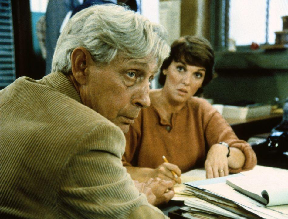 Ed Waits (Harvey Vernon, l.) ist völlig durcheinander. Seit Tagen vermisst er seine junge Frau Julie. Cagney und Lacey (Tyne Daly, r.) nehmen sich... - Bildquelle: ORION PICTURES CORPORATION. ALL RIGHTS RESERVED.