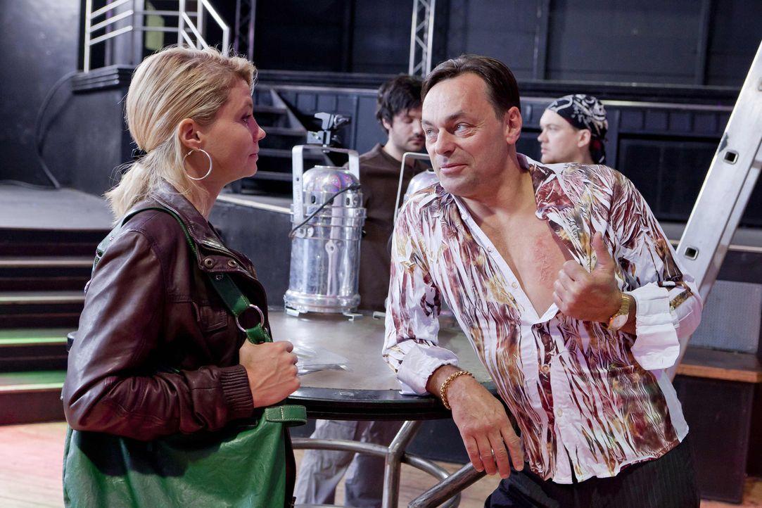 Danni (Annette Frier, l.) nimmt sich den Diskobesitzer Sollmann (Peter Benedict, r.) vor, den sie noch aus früheren Zeiten kennt, um Beas Cousine Me... - Bildquelle: Frank Dicks SAT.1