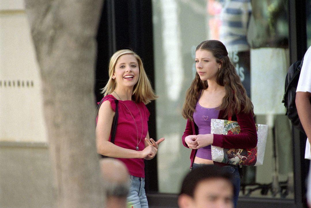 Nichtsahnend werden Buffy (Sarah Michelle Gellar, l.) und Dawn (Michelle Trachtenberg, r.) überall von einer Überwachungskamera verfolgt. - Bildquelle: TM +   Twentieth Century Fox Film Corporation. All Rights Reserved.