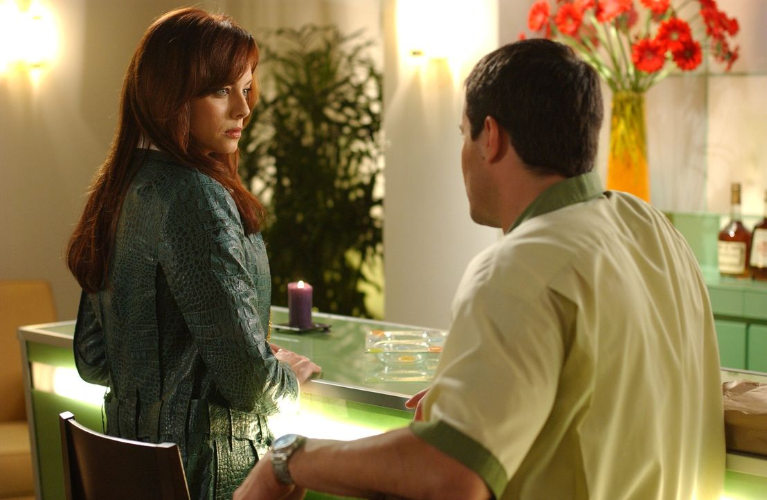 Julie (Melinda Clarke, l.) wird mit Lance (Johnny Messner, r.), einer Person aus ihrer Vergangenheit konfrontiert ... - Bildquelle: Warner Bros. Television