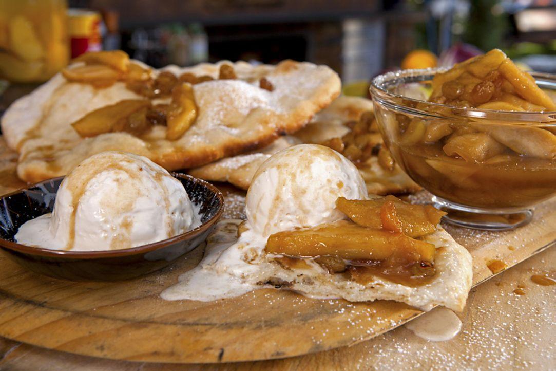 Als Nachtisch bereitet Guy Fieri ein Karamell Apfel Fladenbrot zu, das jedem das Wasser im Mund zusammenlaufen lässt ... - Bildquelle: 2012, Television Food Network, G.P. All Rights Reserved.