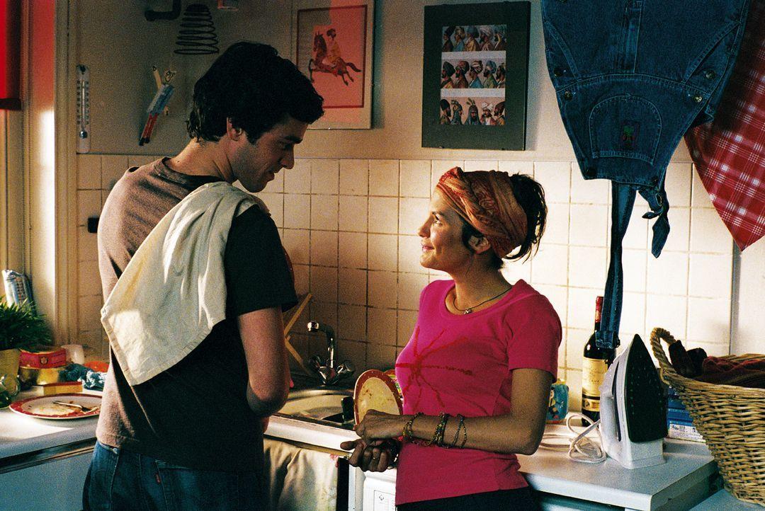 Ex-Freundin Martine (Audrey Tautou, r.), mittlerweile alleinerziehende Mutter, setzt Xavier (Romain Duris, l.) gerne als Babysitter ein, und wirft i... - Bildquelle: Tobis Film