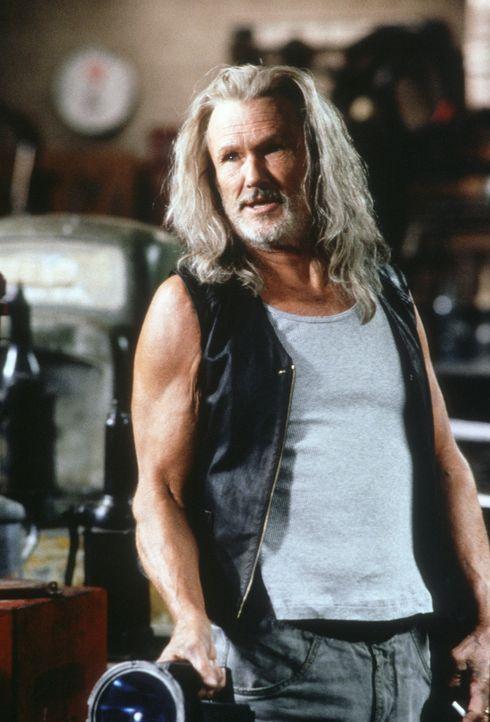 Professor Abraham Whistler (Kris Kristofferson) hat ein Serum für den unglücklichen Blade entwickelt. Doch die schädlichen Dosierungen werden immer... - Bildquelle: New Line Cinema