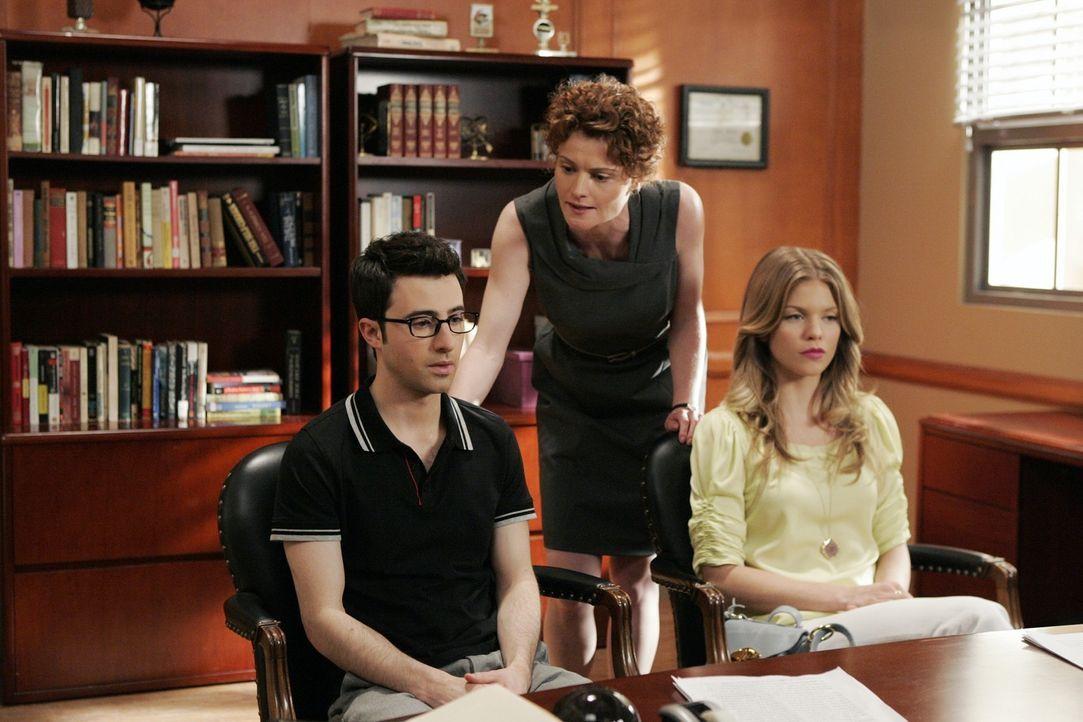 Schuldirektorin Nowack (Rebecca Wisocky, M.) stellt Naomi (AnnaLynne McCord,l.) und Max (Josh Zuckerman,r.) zur Rede. Wird er die Wahrheit sagen? - Bildquelle: TM &   2011 CBS Studios Inc. All Rights Reserved.