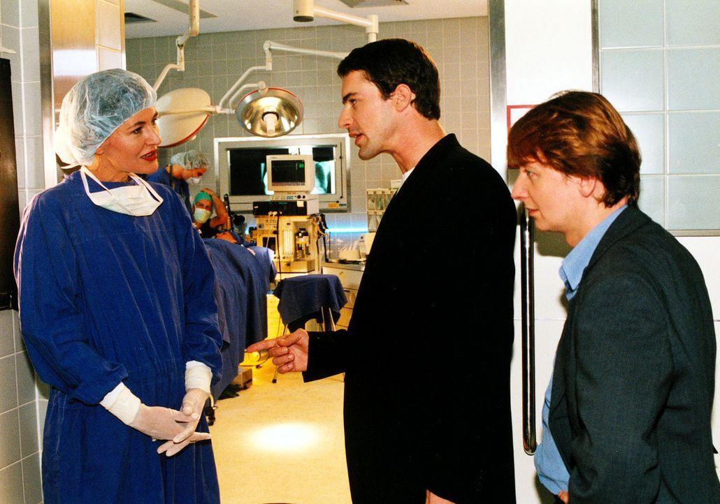 Kommissar Brandtner (Gedeon Burkhard, M.) und Christian Böck (Heinz Weixelbraun, r.) befragen Sybilles Arbeitgeberin, die Schönheitschirurgin Dr.... - Bildquelle: Sat.1