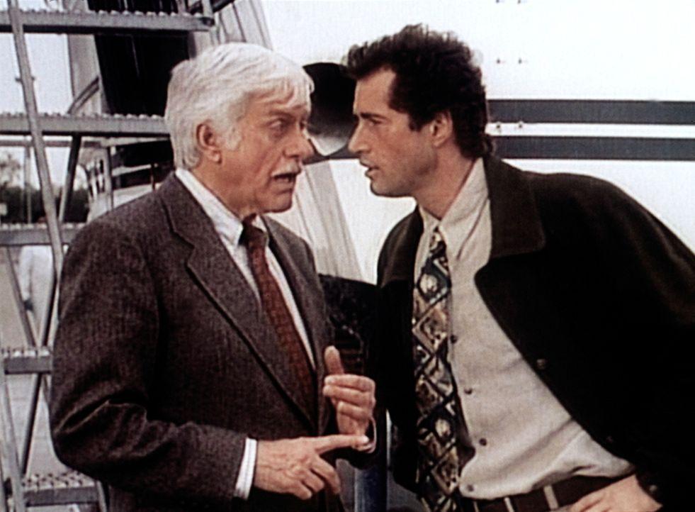 Dr. Sloan (Dick Van Dyke, l.) glaubt, dass Andy Ruggio (Gerald McRaney, r.) Sandy Hoyle ermordet hat. - Bildquelle: Viacom