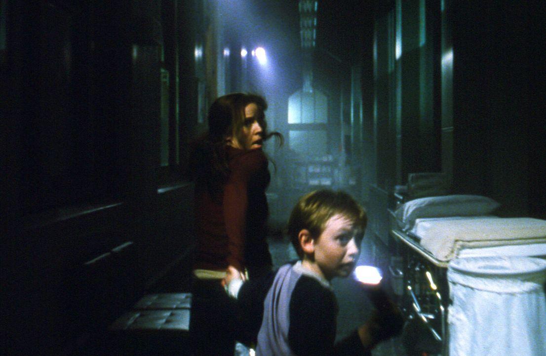 Seit 150 Jahren schwebt ihr rachsüchtiger Geist über der Stadt, stets bereit, sich auf jeden, der sie im Dunkeln sieht, herabzustürzen. Verzweifelt... - Bildquelle: 2004 Sony Pictures Television International. All Rights Reserved.