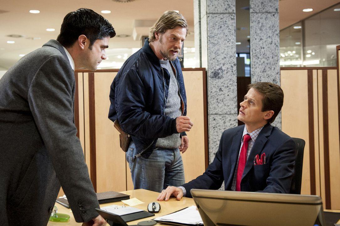Noch ahnen Mick (Henning Baum, M.) und Andreas (Maximilian Grill, l.) nicht, was der smarte Sebastian Bergmann (Roman Knizka, r.) zu verheimlichen v... - Bildquelle: Martin Rottenkolber SAT.1