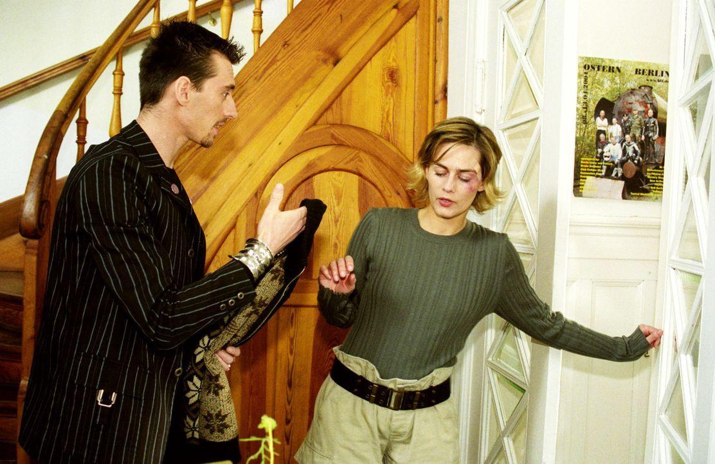 Boris (Robert Glatzeder, l.) versucht Julia (Gesine Cukrowski, r.) daran zu hindern, die Pension zu verlassen. - Bildquelle: Claudius Pflug Sat.1