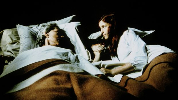 Weil sie sich alleine fürchtet, ist Elizabeth (Kami Cotler, r.) zu ihrer Groß...