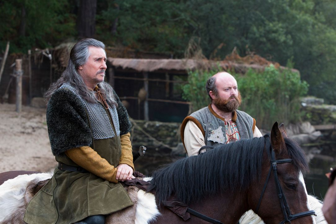 Neben der Auslöschung seiner Rivalen Ragnar hat Earl Haraldson (Gabriel Byrne, l.) noch andere Pläne in petto: Um sich weitere Ländereien anzueignen... - Bildquelle: 2013 TM TELEVISION PRODUCTIONS LIMITED/T5 VIKINGS PRODUCTIONS INC. ALL RIGHTS RESERVED.