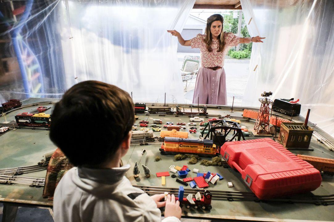 Genug ist genug! Mary (Zoe Perry, r.) wird es schließlich zu bunt und sie will Sheldon (Iain Armitage, l.) davon abbringen wegen der Grippewelle im... - Bildquelle: Warner Bros. Television
