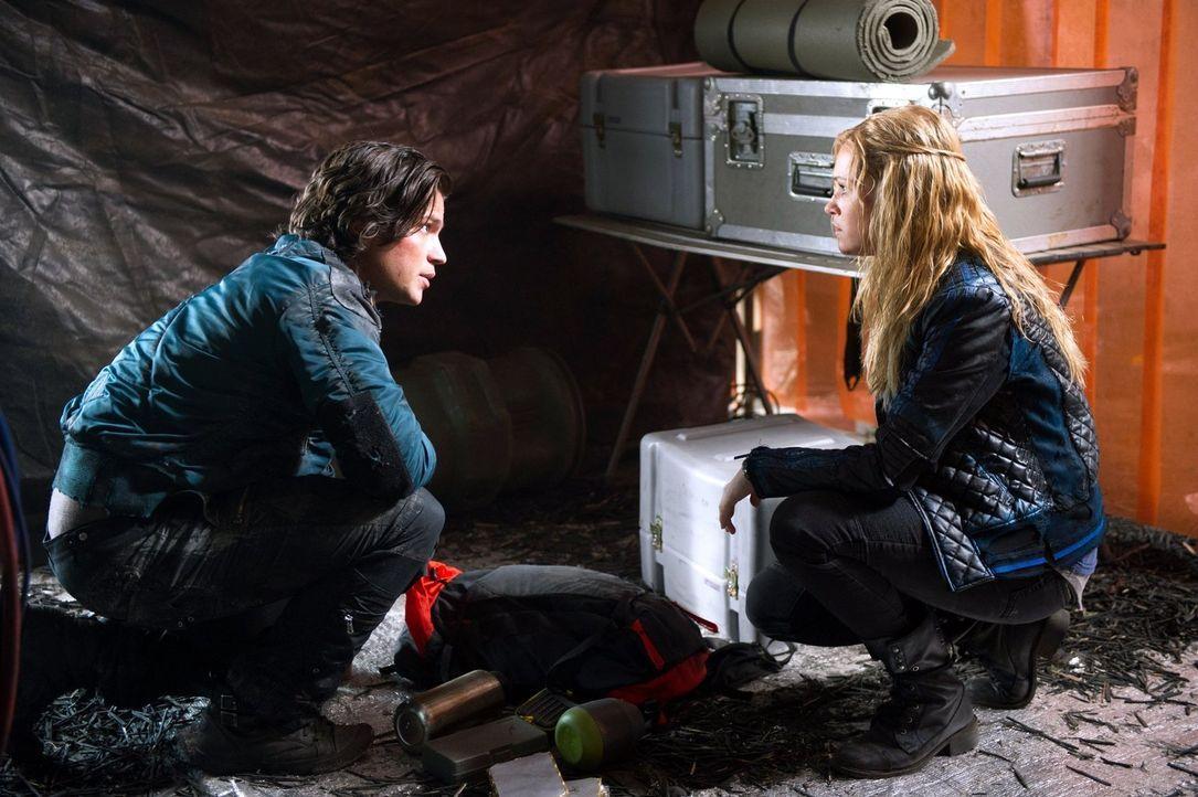 Finn (Thomas McDonell, l.) macht Clarke (Eliza Taylor, r.) klar, dass er für sie sogar in den Tod gehen würde, doch diese Aussage macht es Clarke nu... - Bildquelle: 2014 Warner Brothers