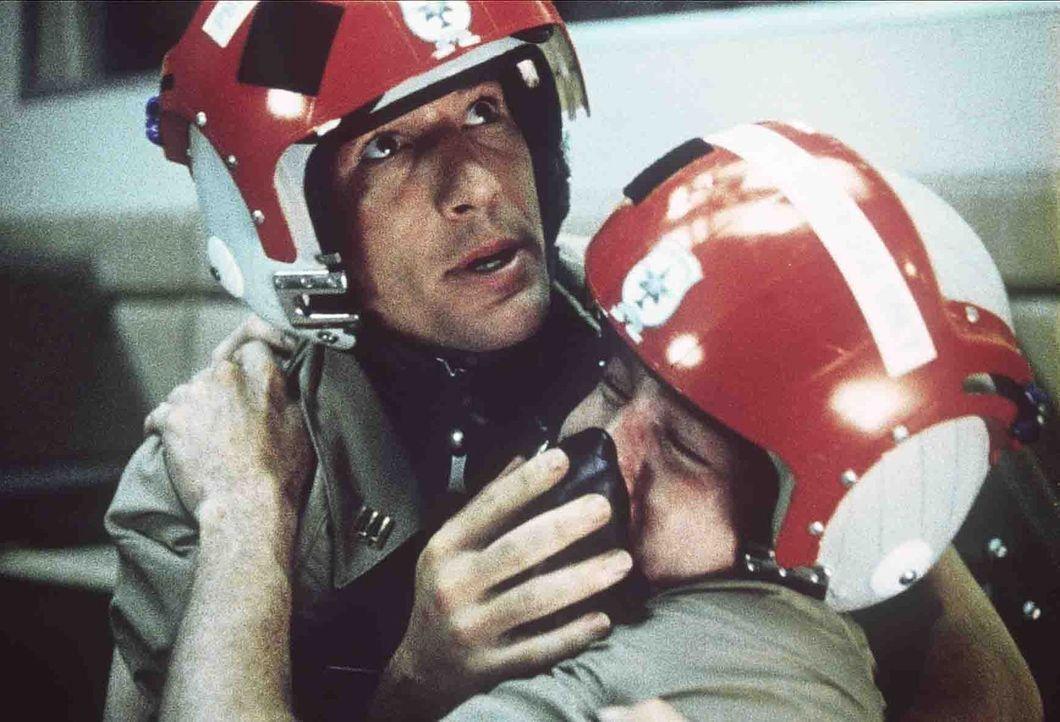 Schon früh hat Zack Mayo (Richard Gere, l.) gelernt, sich als Einzelgänger zu behaupten, doch bei seiner Ausbildung zum Marineoffizier muss er auch... - Bildquelle: Paramount Pictures
