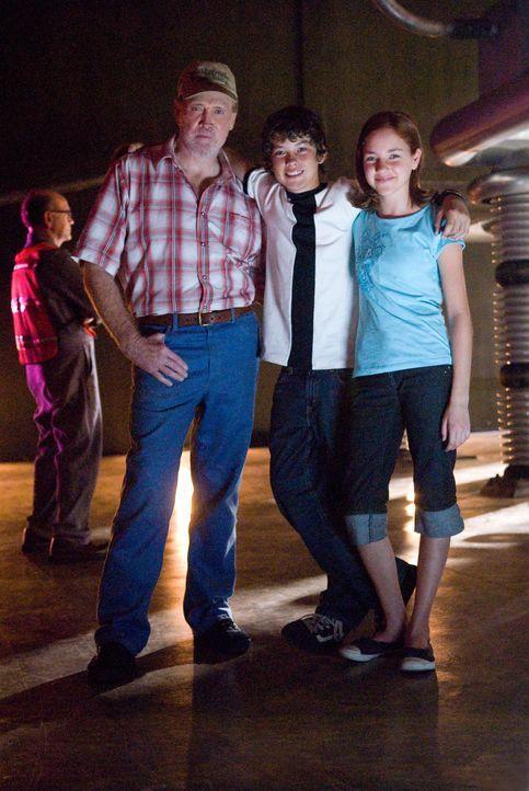 """Zusammen mit seinem Großvater Max (Lee Majors, l.) und seiner Cousine Gwen (Haley Ramm, r.) nimmt """"Ben 10"""" (Graham Phillips, M.) den Kampf gegen se..."""