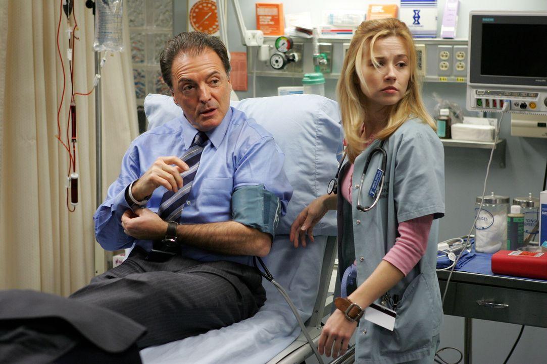 Nachdem Richard Elliot (Armand Assante, l.) aus dem County entlassen wird, macht er Sam (Linda Cardellini, r.) ein wahnsinniges Angebot ... - Bildquelle: Warner Bros. Television
