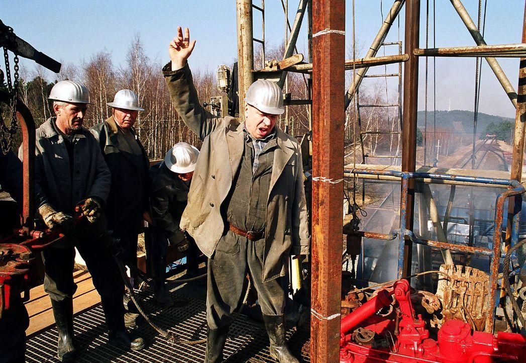 Jürgen Grabowski (Armin Rohde, r.) kämpft unermüdlich um das Leben der verschütteten Männer. - Bildquelle: Gordon Mühle Sat.1
