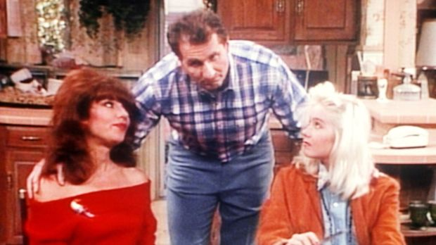 Al (Ed O'Neill, M.) eröffnet Peggy (Katey Sagal, l.) und Kelly (Christina App...