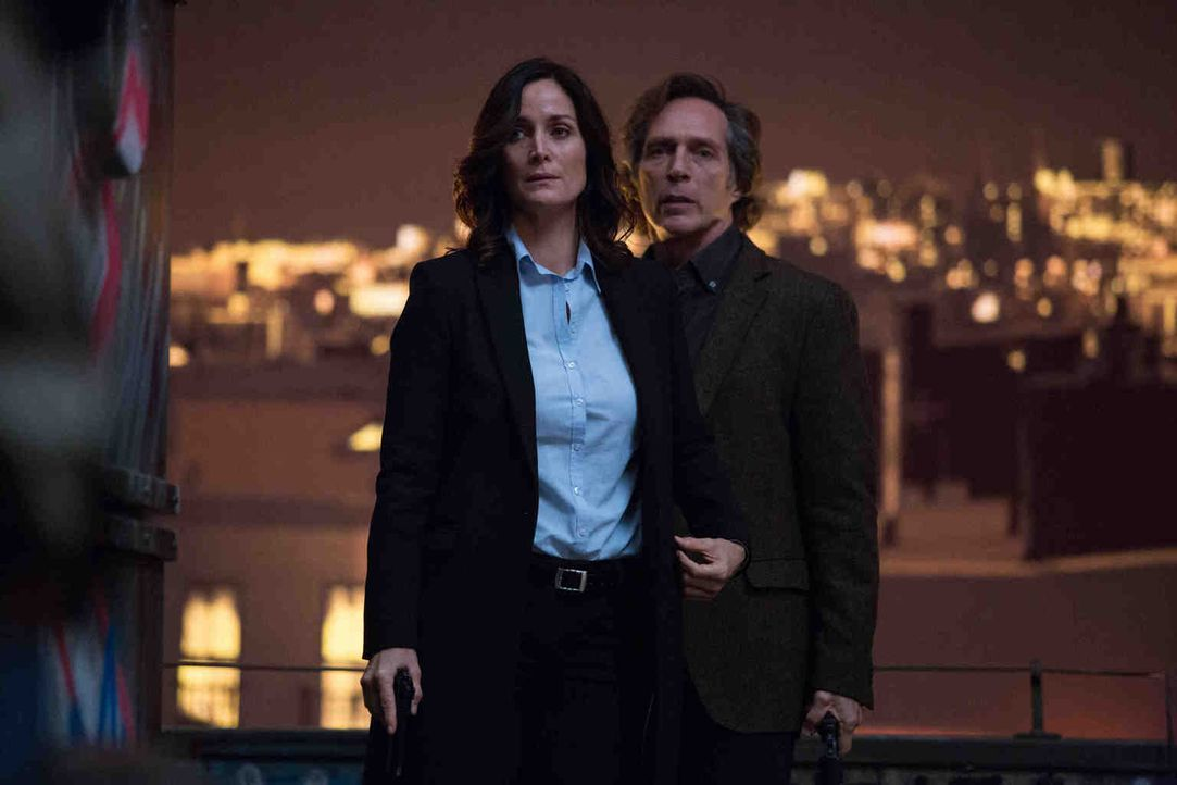 Showdown in New York: Hickman (William Fichtner, r.) und seiner Ex-Partnerin Amanda Andrews (Carrie-Ann Moss, l.) gelingt es, Genovese in eine Falle... - Bildquelle: Larry D Horricks 2013 Tandem Productions GmbH, TF1 Production SAS. All rights reserved.